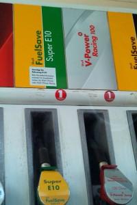 Zapfsäulen von Shell mit Warnaufkleber bei E10